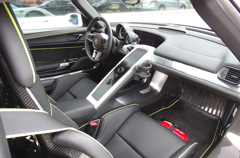 918 spyder garage vandenberghe for Porsche 918 interieur